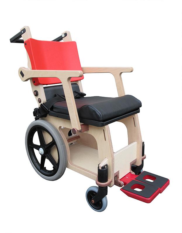 デザイン性と機能性を両立した木製の車椅子